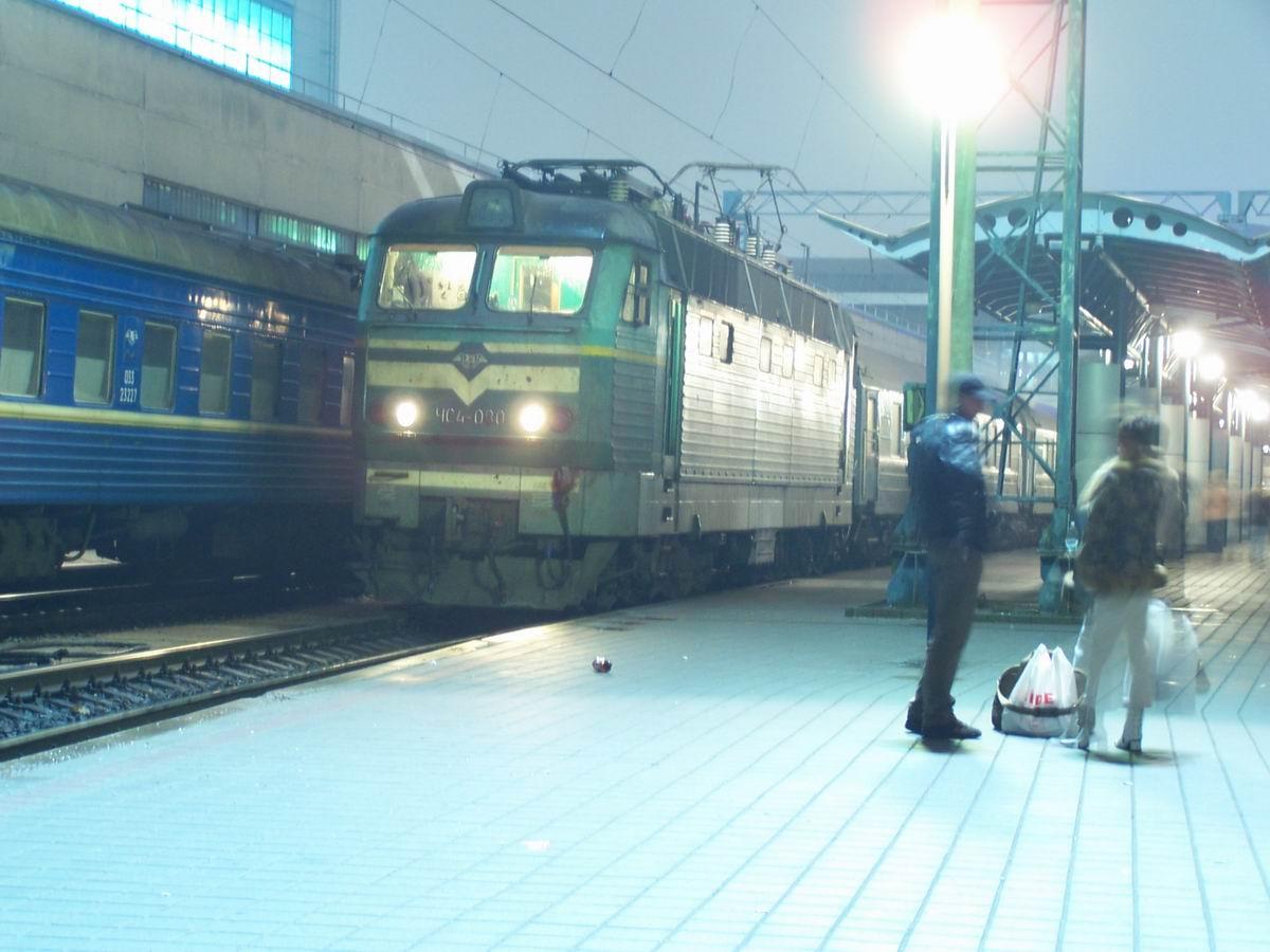 ЧС4-080 з поїздом Ужгород-Москва на ст. Київ-Пасажирський