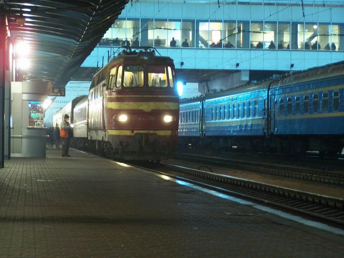 ЧС4-210 з поїздом Київ-Перемишль на ст. Київ-Пасажирський