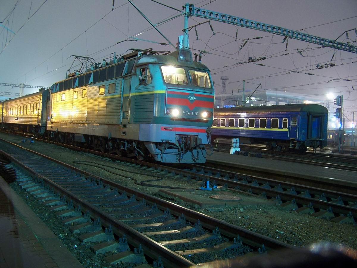 ЧС4-091 з поїздом Київ-Кривий Ріг на ст. Київ-Пасажирський