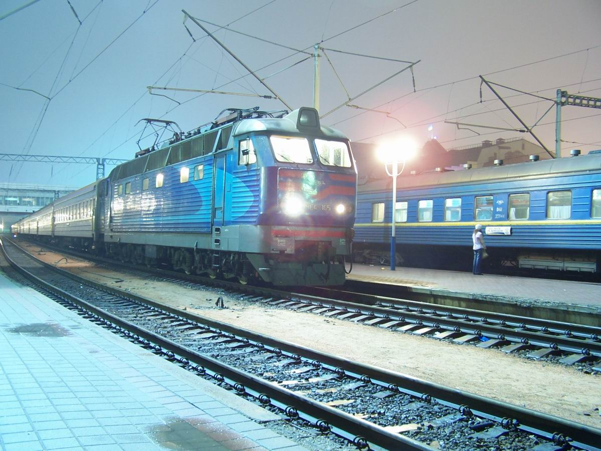 ЧС4-185 з поїздом Житомир-Москва на ст. Київ-Пасажирський