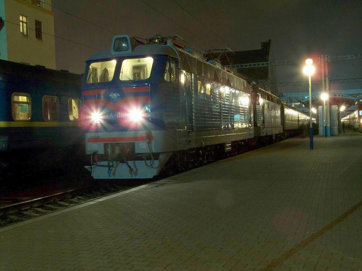 Електровоз ЧС4-064 в сплотці з ЧС4-019, ст. Київ-Пасс.
