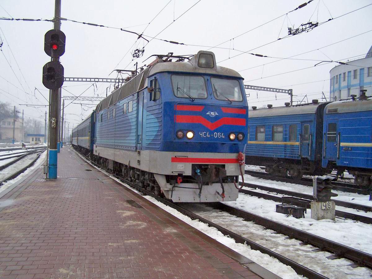 Електровоз ЧС4-064 з поїздом Кисловодськ-Київ прибуває на ст. Київ-Пасс.