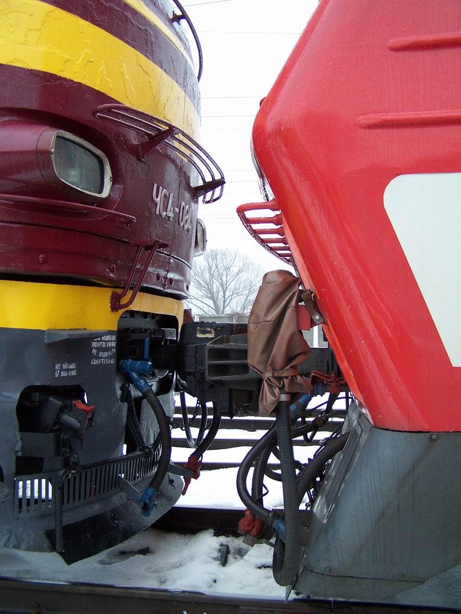 Електровози ЧС4-084 і ДС3-004, локомотивне депо Київ-Пасс.