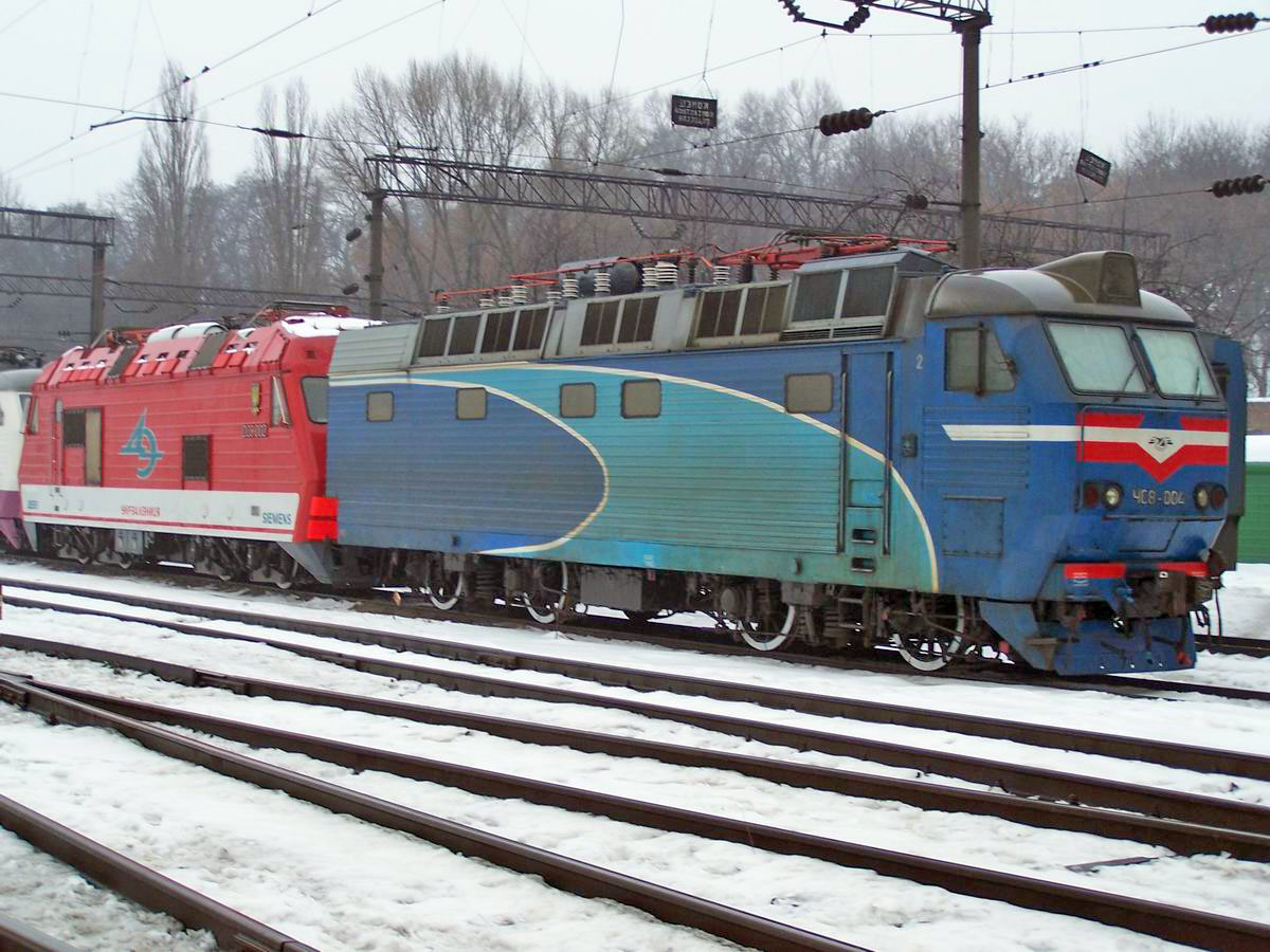 Електровоз ДС3-002 і секція електровозу ЧС8-004, локомотивне депо Київ-Пасс.
