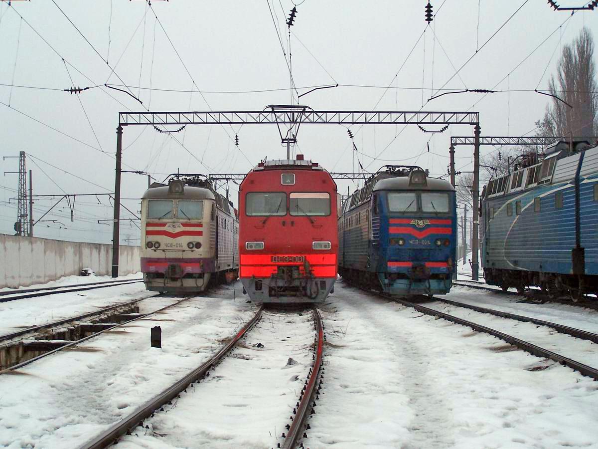 Трійка з бубенчиками. Електровози ЧС8-014, ДС3-001 та ЧС8-024, локомотивне депо Київ-Пасс.