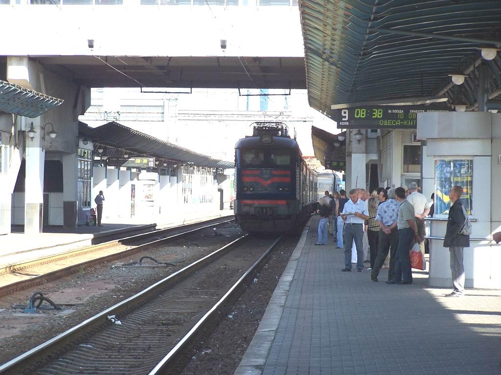 ЧС4-067 з поїздом Одеса-Київ прибуває на ст. Київ-Пасажирський