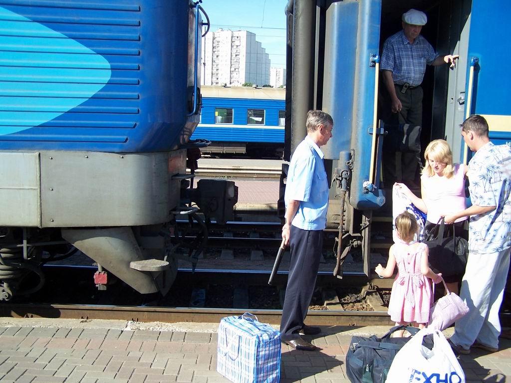 ЧС4-067 відчепляють від з поїзда Одеса-Київ на ст. Київ-Пасажирський