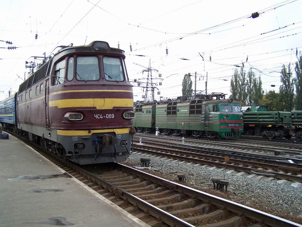 ЧС4-069 та ВЛ80т-761 на ст. Дарниця, Київ