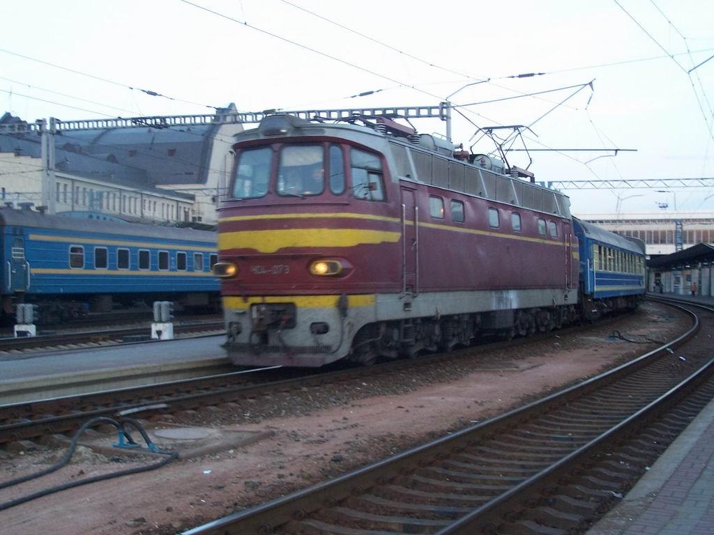 ЧС4-073 з супердовгим поїздом Київ-Перемишль, станція Київ-Пасажирський