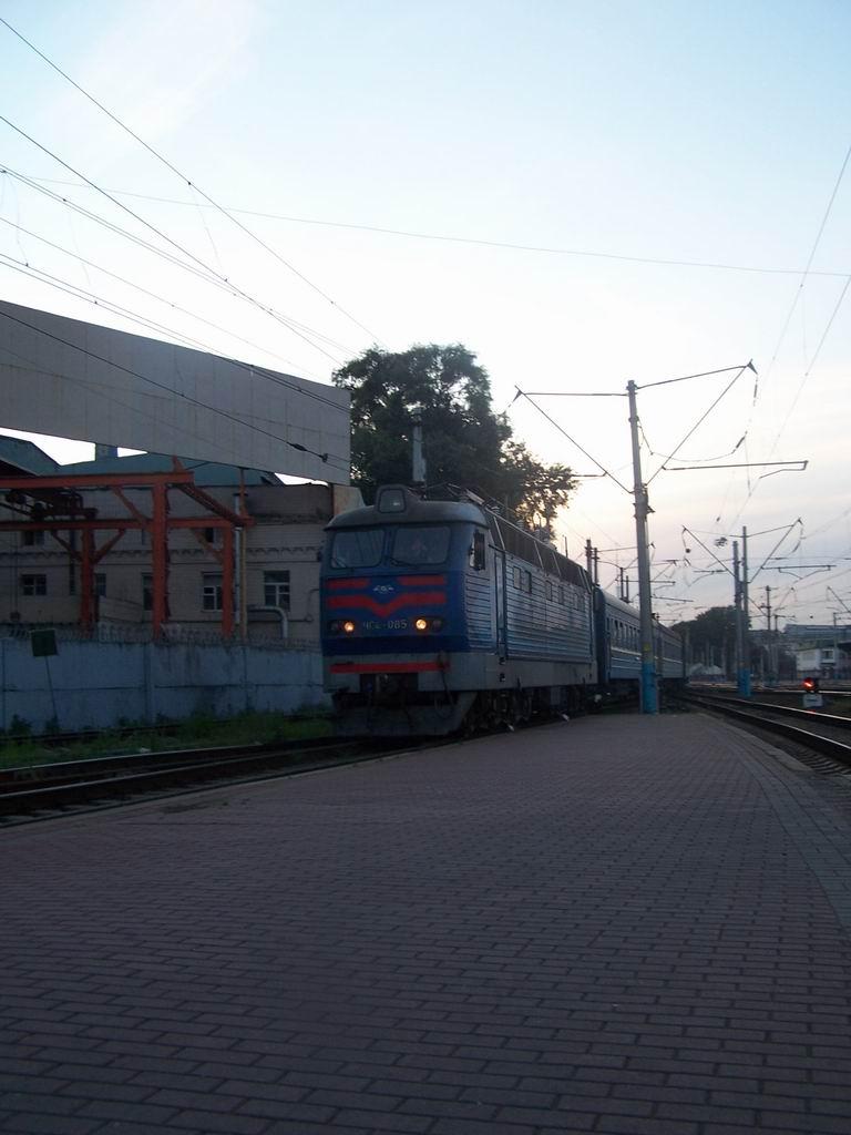 ЧС4-085 з поїздом Житомир-Харків прибуває на ст. Київ-Пасажирський
