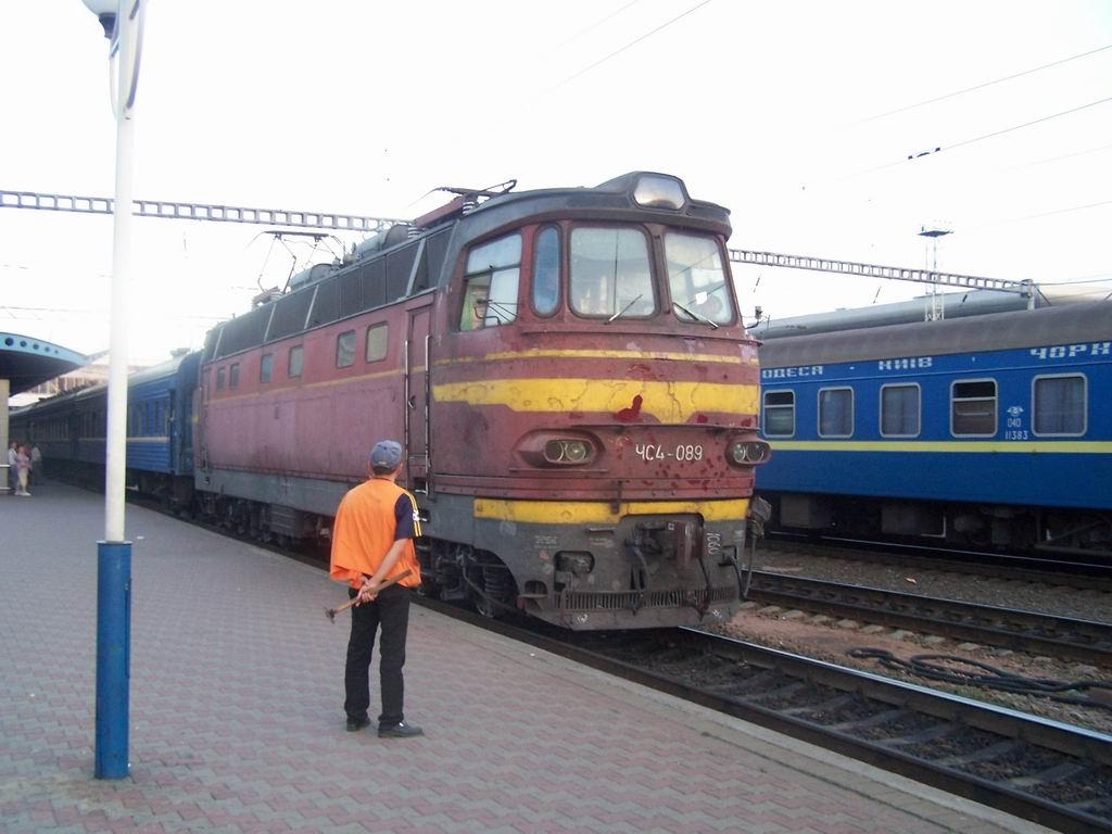 ЧС4-089 з поїздом Київ-Кам'янець-Подільський на ст. Київ-Пасажирський