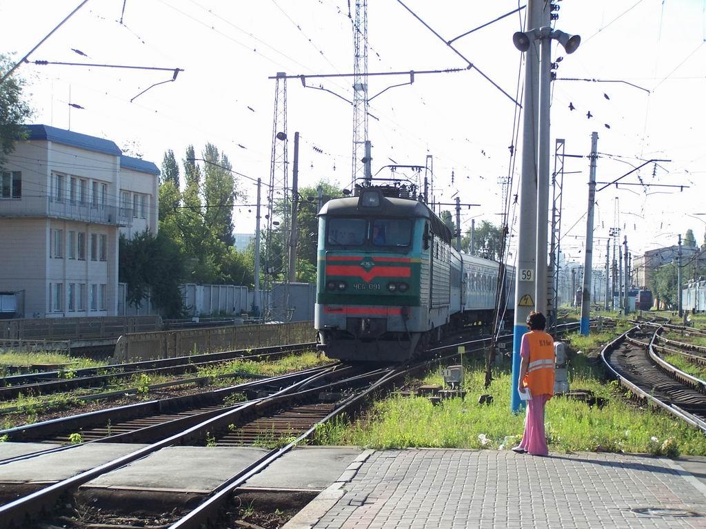 ЧС4-091 з поїздом Москва-Київ прибуває на ст. Київ-Пасажирський
