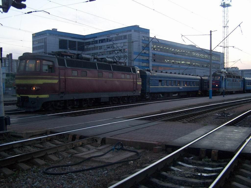 ЧС4-100 та ЧС4-207 на ст. Київ-Пасажирський