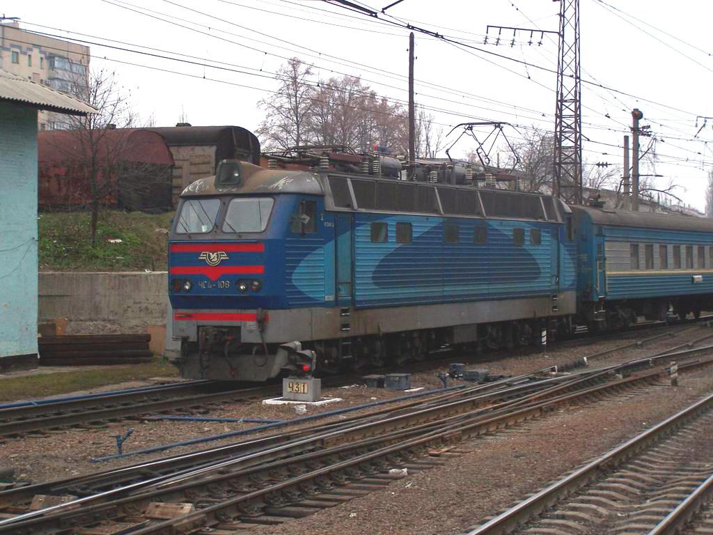 ЧС4-108 з фірмовим поїздом