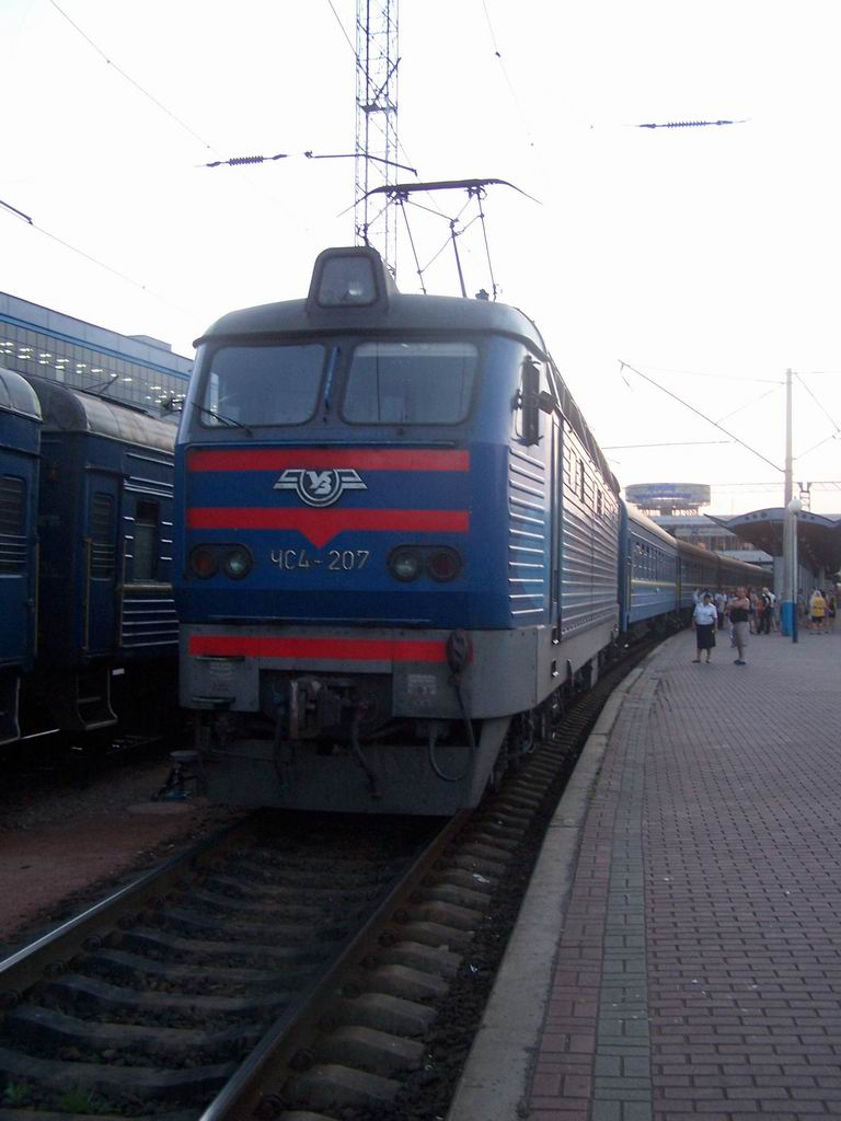 ЧС4-207 з поїздом Житомир-Харків, ст. Київ-Пасажирський