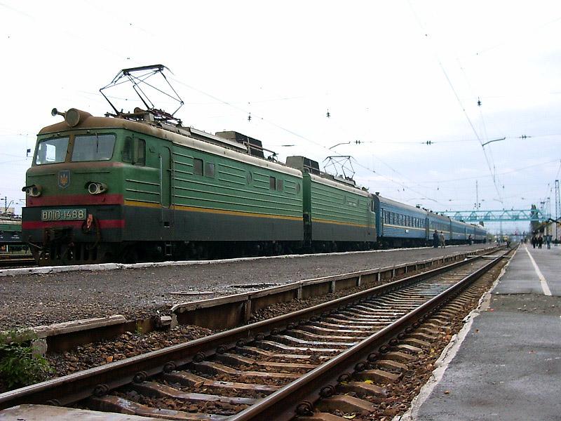 ВЛ10-1488 з поїздом Мукачеве-Львів на ст. Мукачеве, Закарпатська обл.