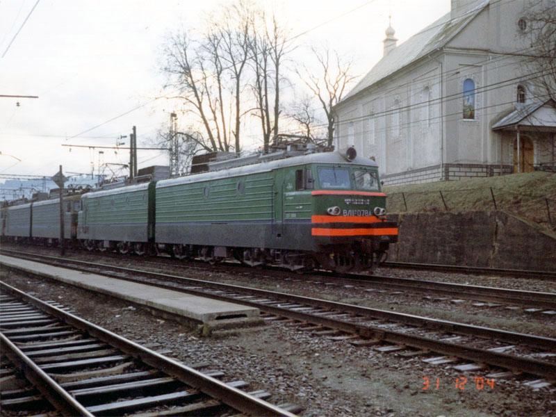 ВЛ11м-078 на ст. Воловець, Закарпатська обл. За ним ще 2 електровози, а в хвості поїзда - ще 2. Поїзд прибуває з перевалу