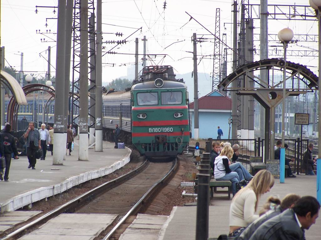 ВЛ80т-1960 з пасажирським поїздом