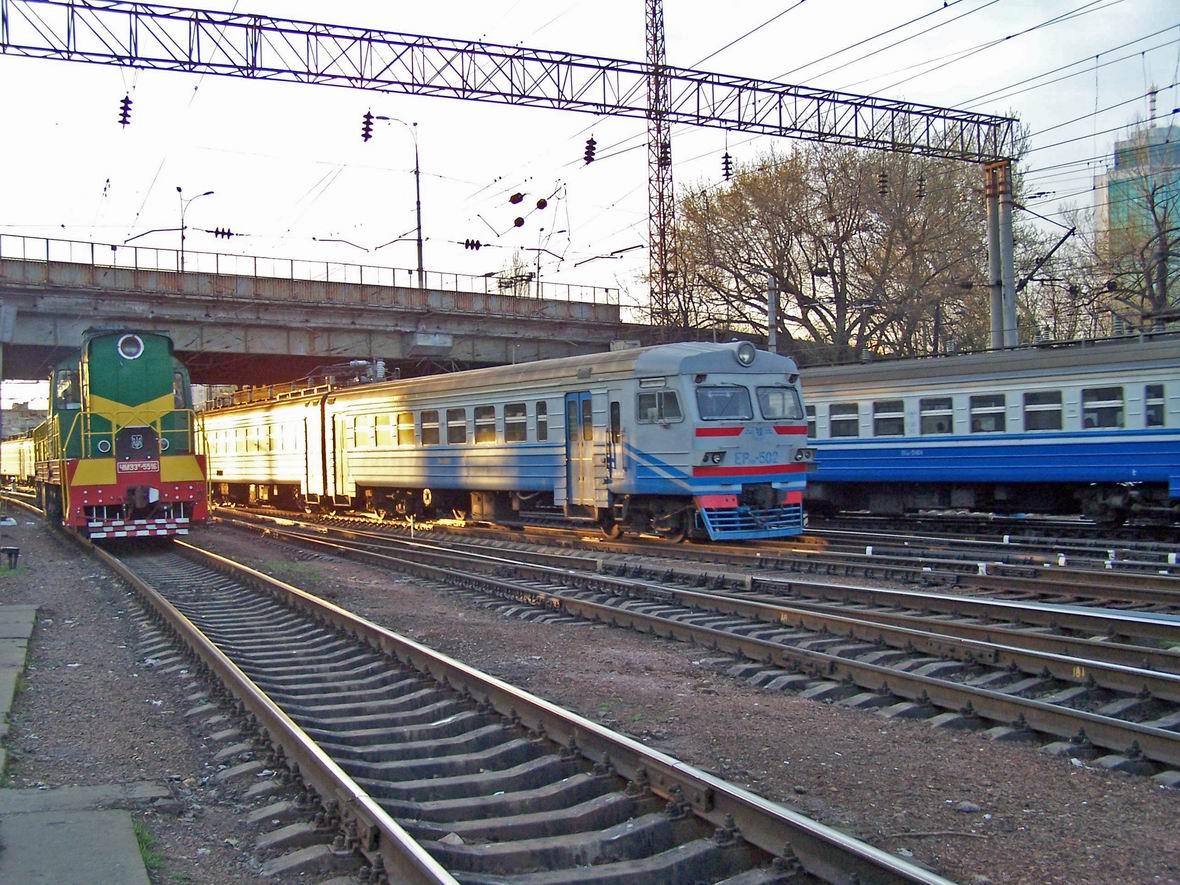 Тепловоз ЧМЕ3Т-5516 та електропоїзд ЕР9М-502, західна горловина ст. Київ-Пас.