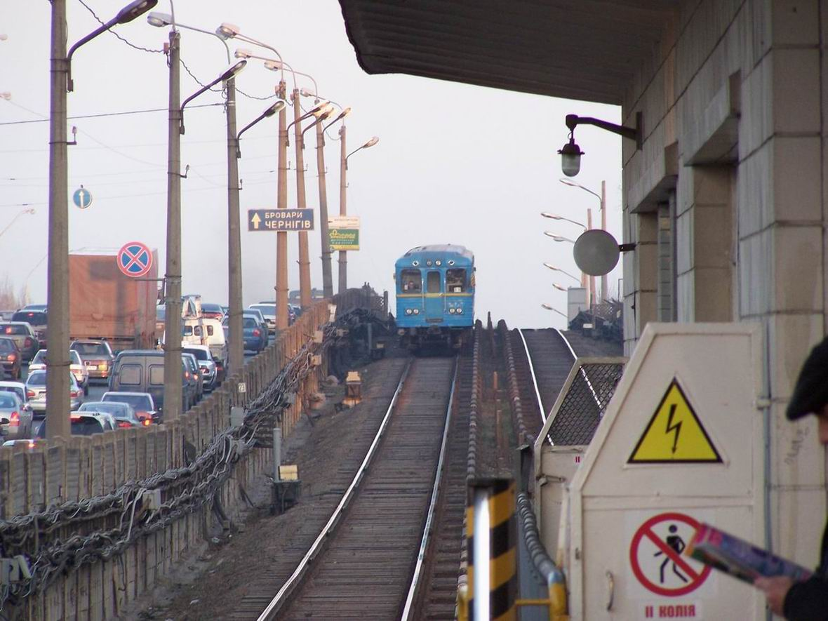 Поїзд на перегоні Дарниця - Лівобережна