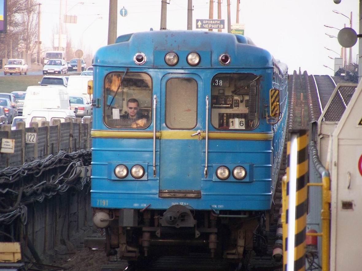 Поїзд прибуває на ст. Лівобережна