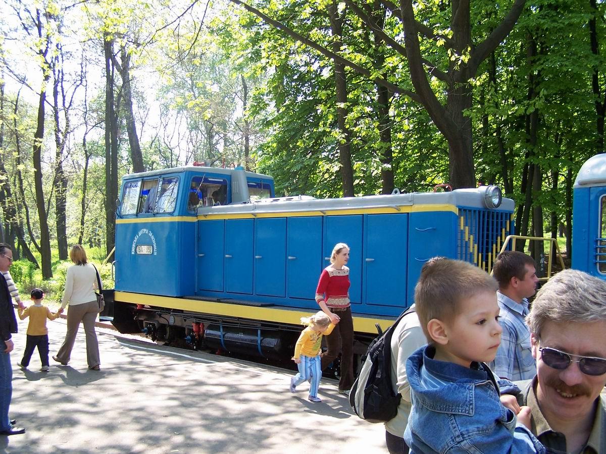 Тепловоз ТУ7а-3192 з поїздом на станції Яблунька