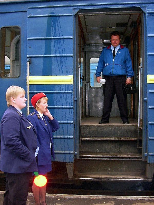 Чергова по станції Мукачеве, чергова по перону і кондуктор в електропоїзді ЕР2 на ст. Мукачеве