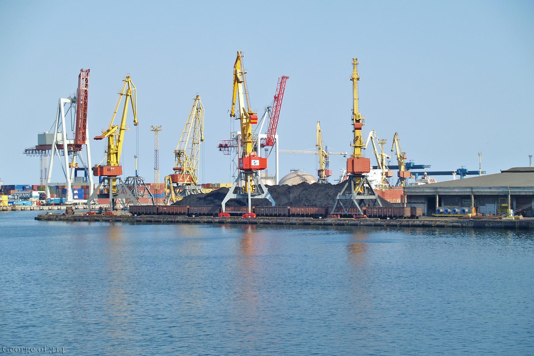 Напіввагони під завантаженням у Одеському морському порті
