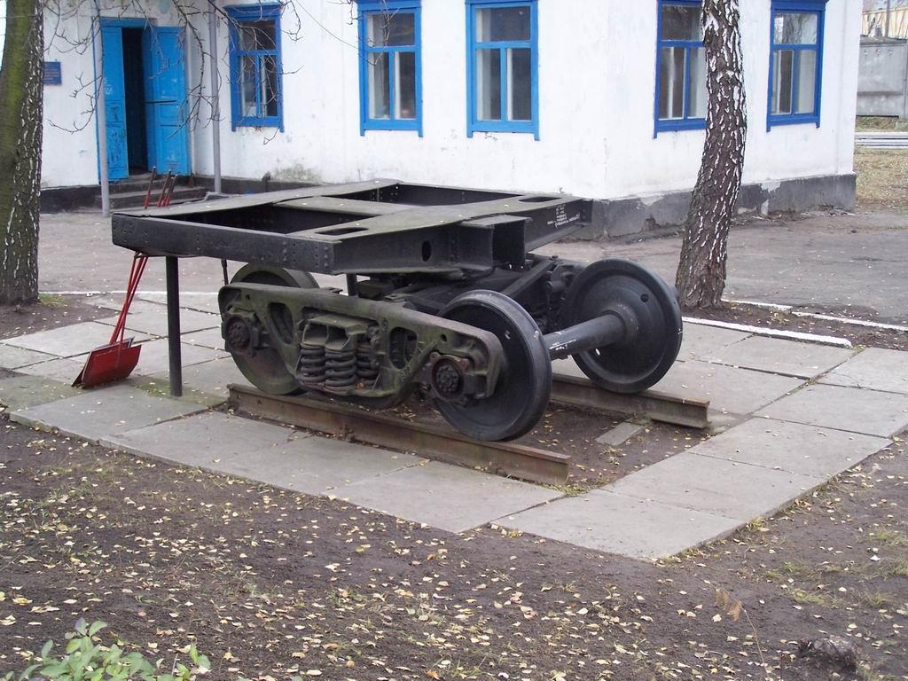 Вагонний візок як пам'ятник у дворі дільниці обслуговування ст. Київ-Волинський