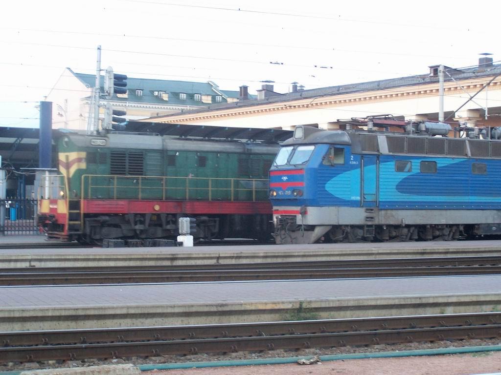 ЧМЕ3-2499 та ЧС4-019 на ст. Київ-Пасажирський