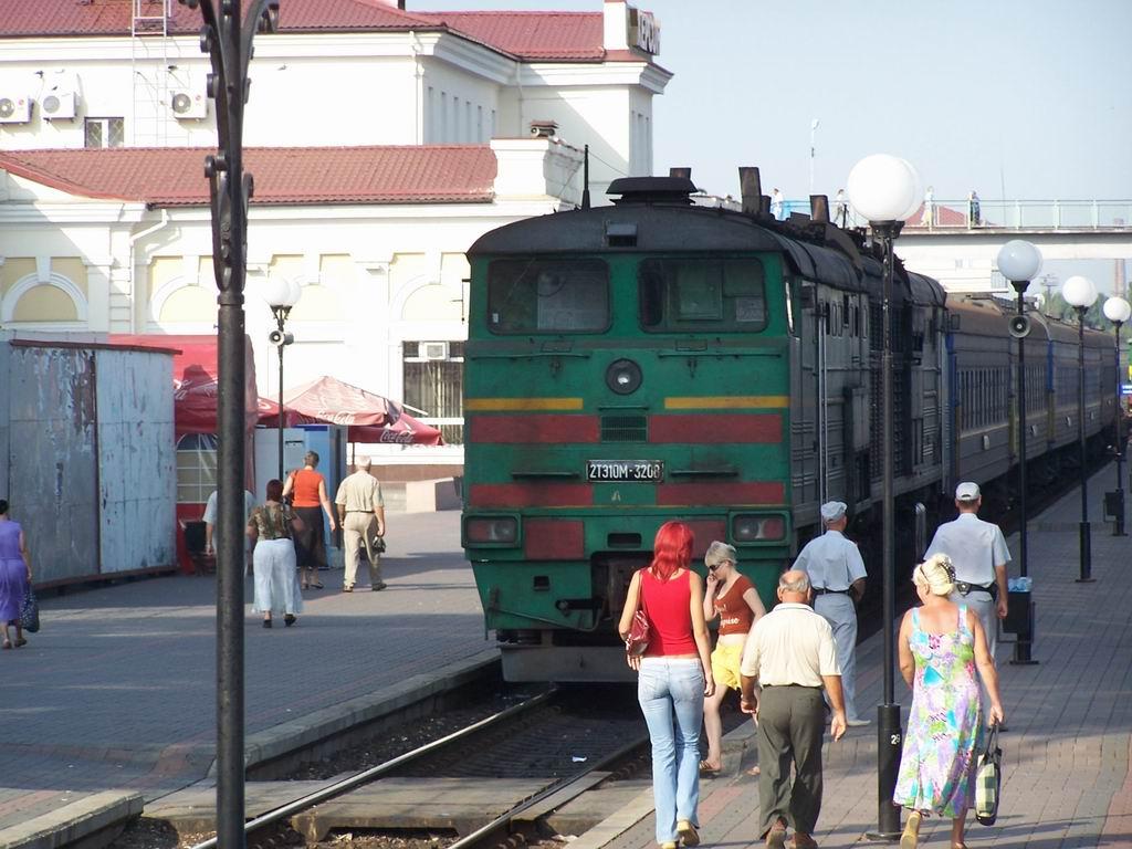 2ТЕ10м-3208 з приміським поїздом Херсон-Вадим на ст. Херсон