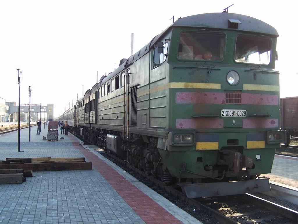 2ТЕ10Ут-0029 з поїздом Київ-Севастополь на ст. Миколаїв