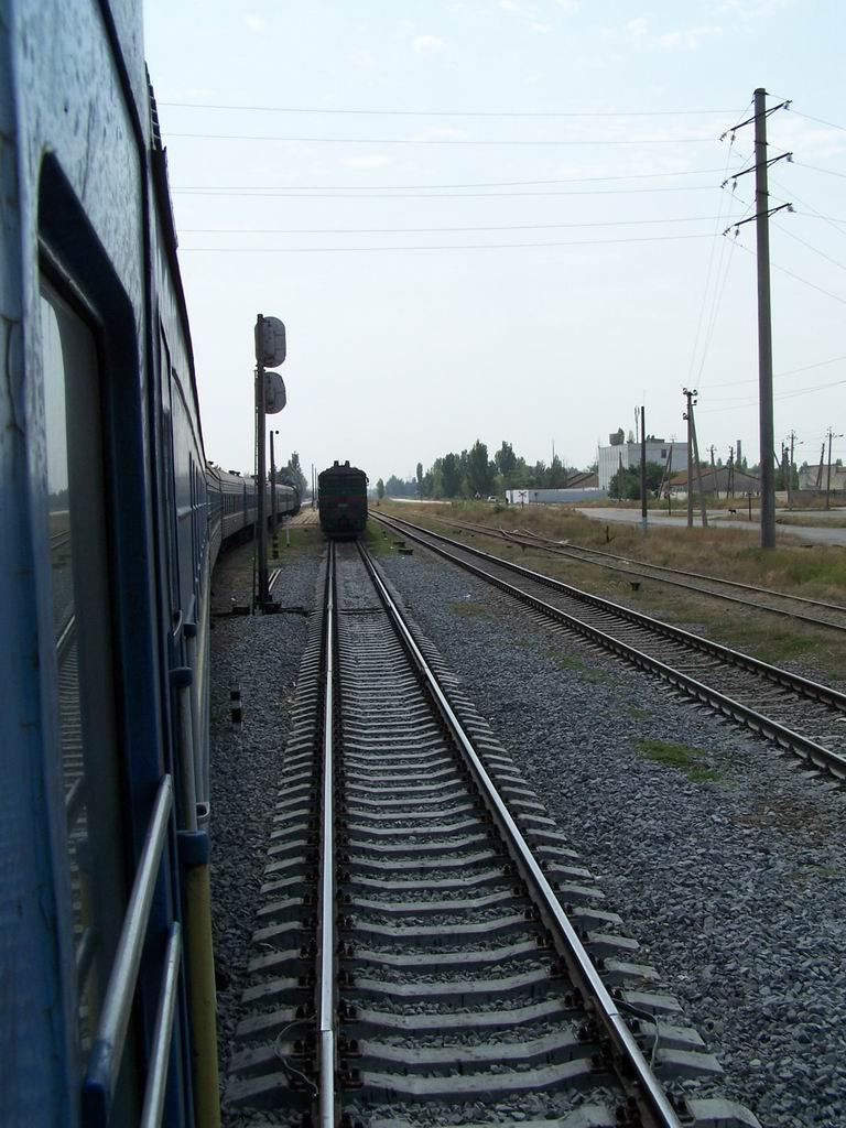 2ТЕ10Ут-0077 з поїздом Симферопіль-Знам'янка/Черкаси на ст. Красноперекопськ, АР Крим