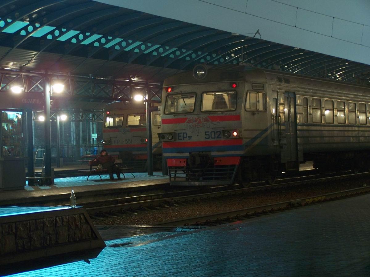 ЕР9м-551 та ЕР9м-502 на пригородному вокзалі ст. Київ-Пасажирський