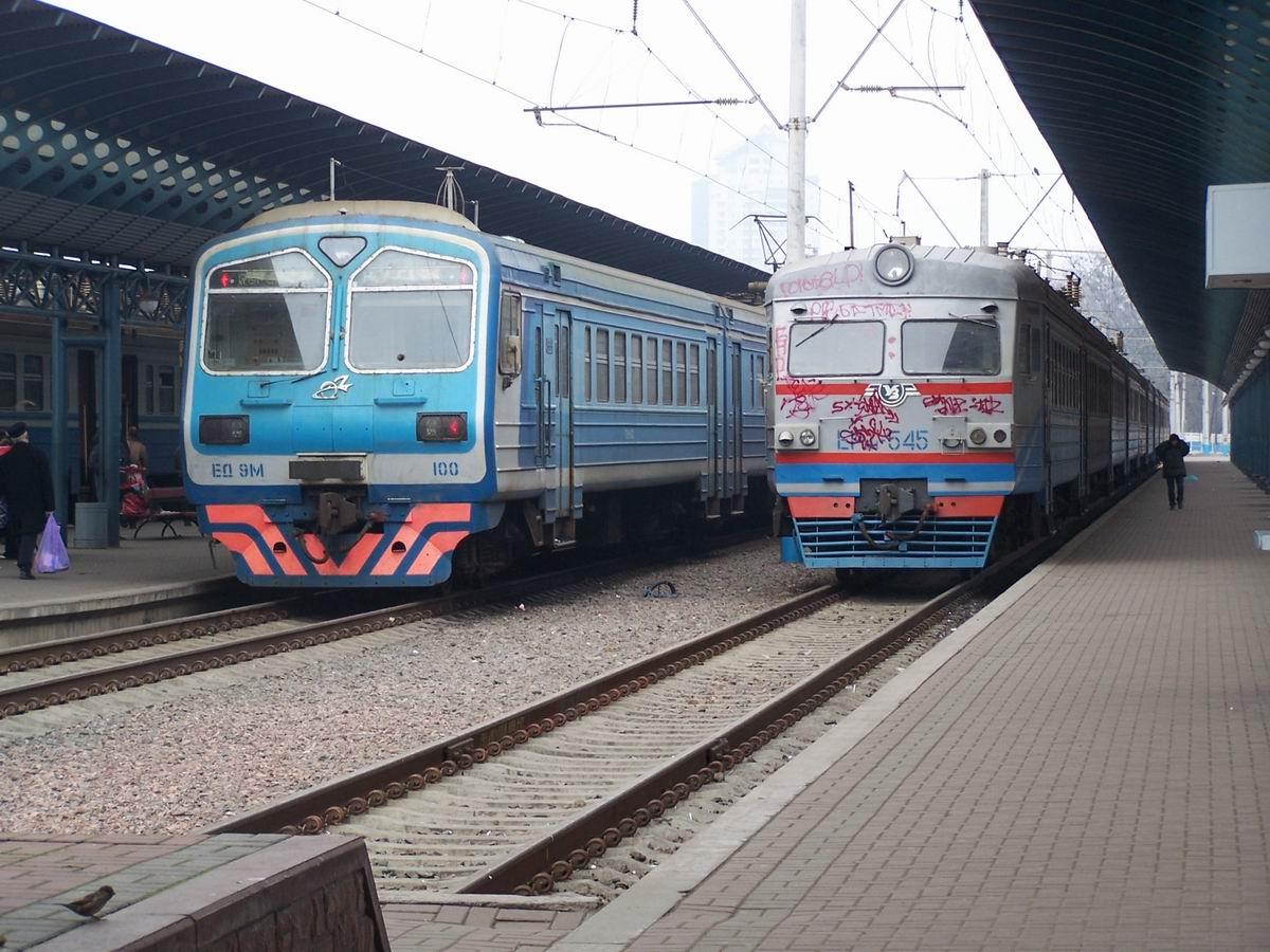 Електропоїзди ЕД9М-100 та ЕР9М-545, приміський вокзал ст. Київ-Пасс.