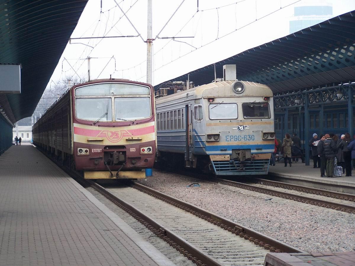 Електропоїзди ЕПЛ9Т-003 та ЕР9Е-630, приміський вокзал ст. Київ-Пасс.