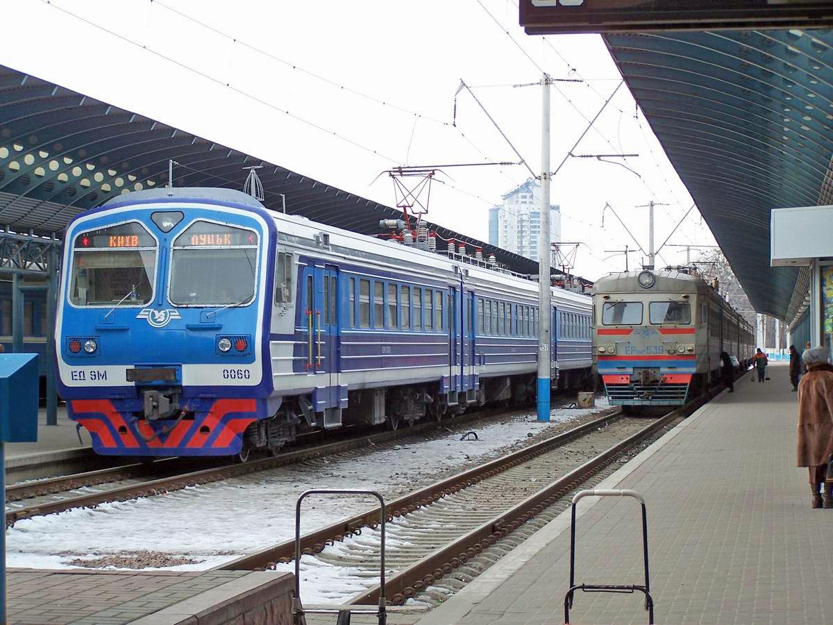 Електропоїзди ЕД9М-0060 та ЕР9М-539, приміський вокзал ст. Київ-Пасс.