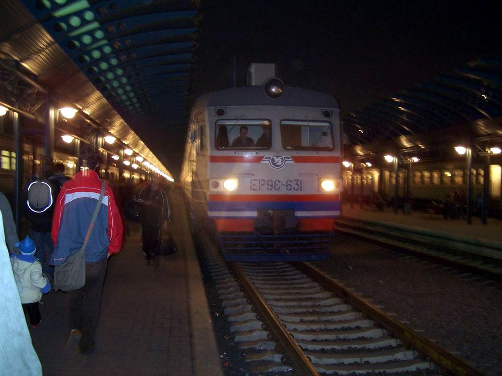 ЕР9е-631 підвищеного комфорту маршрутом Хмельницький-Київ прибув на приміський вокзал ст. Київ-Пасажирський