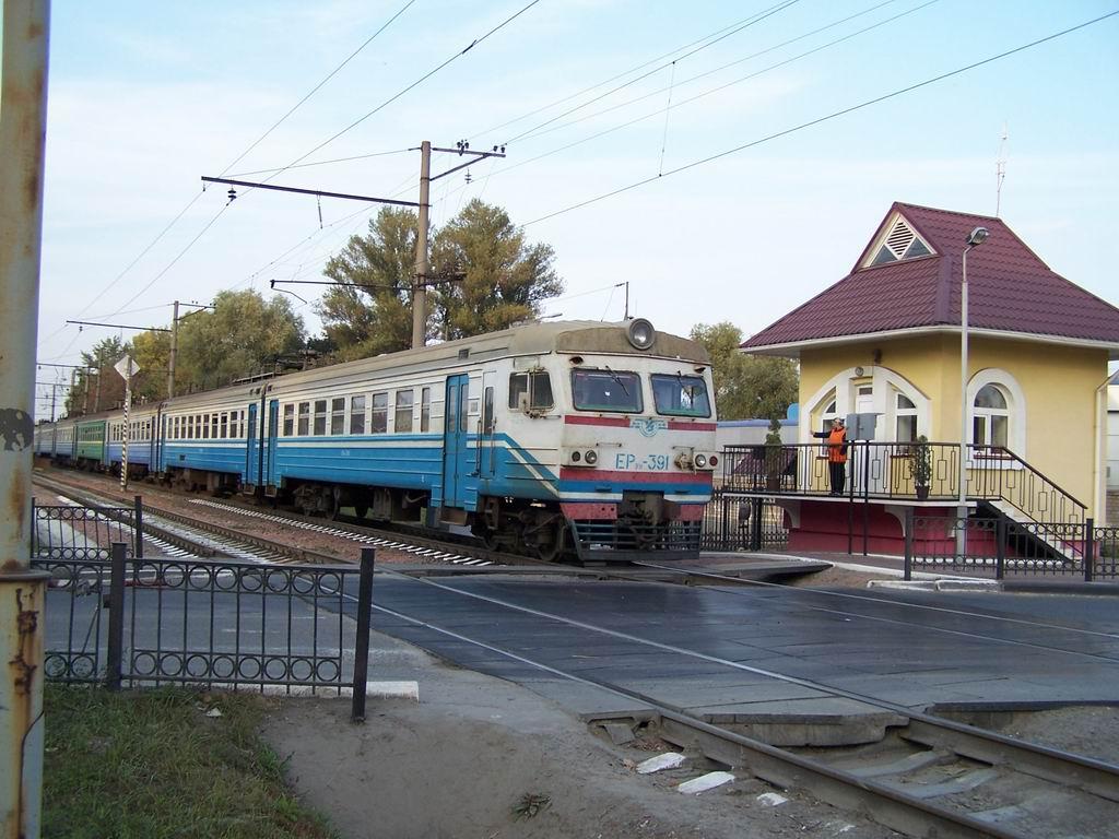 ЕР9м-391 на переїзді на проспекті Науки, Київ