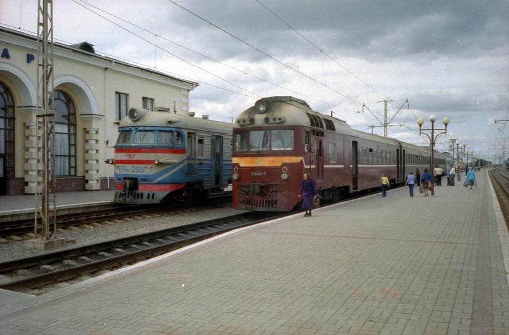 Електропоїзд ЕР9п-295 та дизель-поїзд Д1-646 на ст. Ковель, Волинська обл.