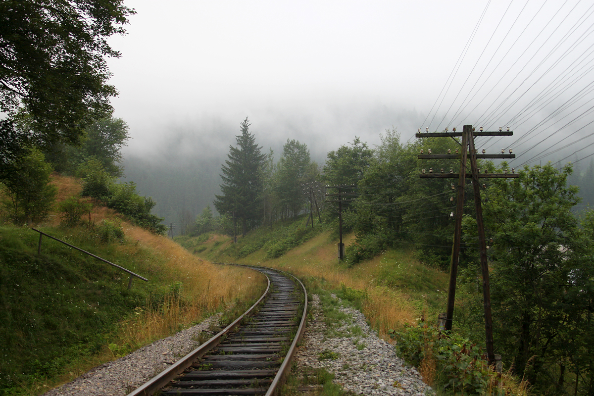 Залізниця в ранкових Карпатах. Перегон Ворохта - Микуличин, околиці смт Ворохта