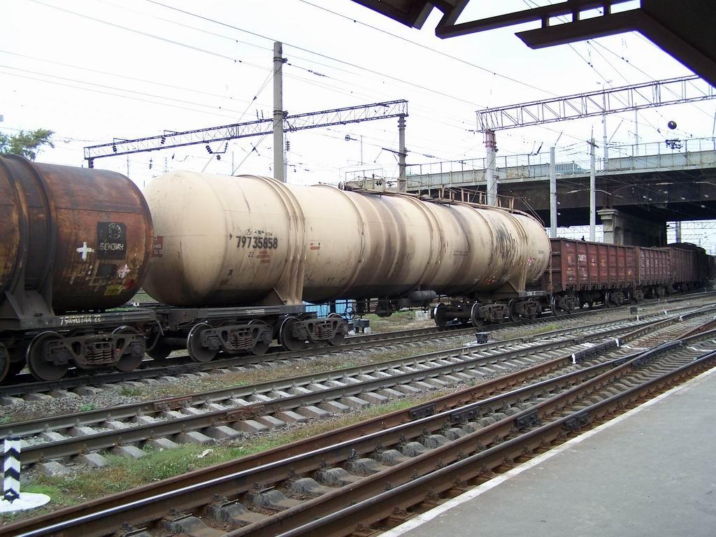 8-вісна цистерна в складі вантажного потягу на ст. Дарниця, Київ