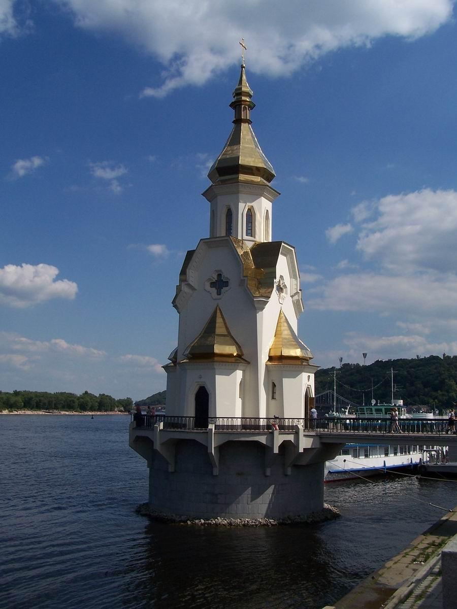 Церква на березі Дніпра