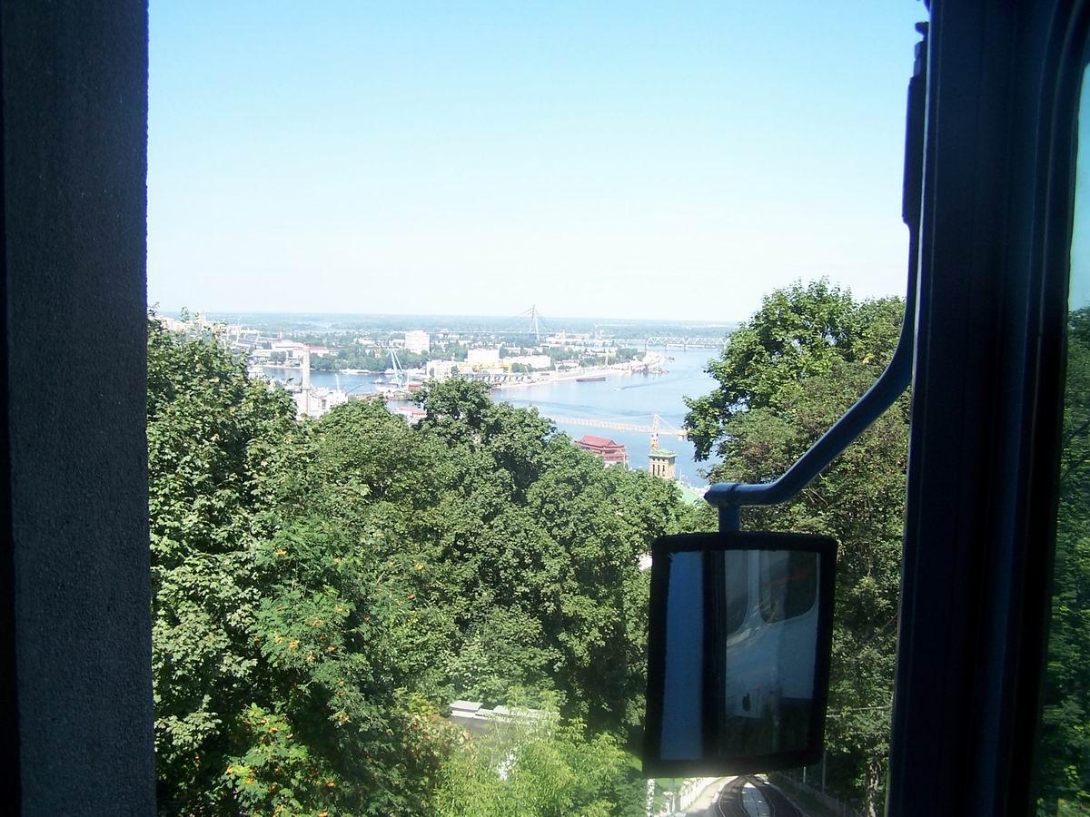 Вигляд на Дніпро з вікна фунікулеру