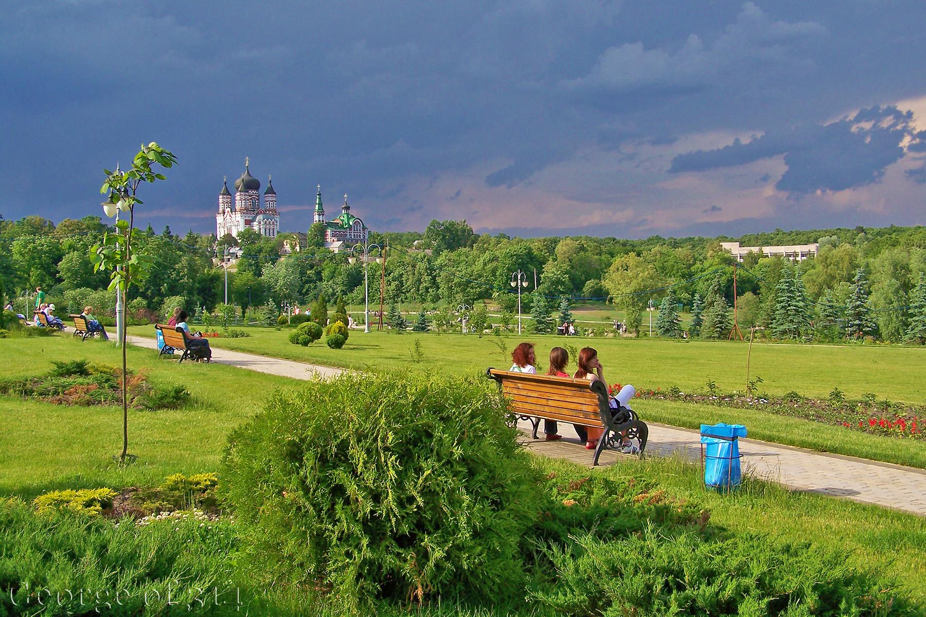 Парк Феофанія і Свято-Пантелеймоновський монастир УПЦ МП, Київ