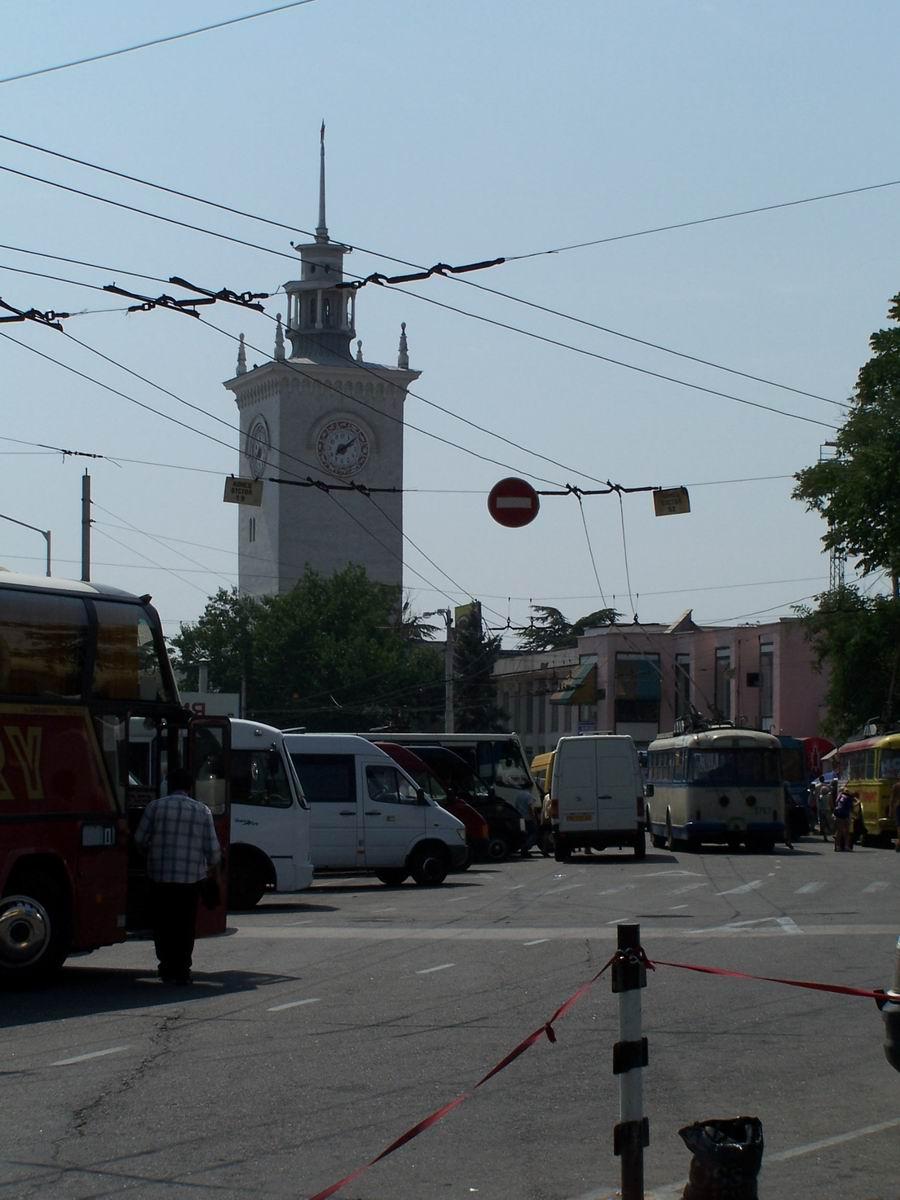 Вежа з годинником на вокзалі Симферополя