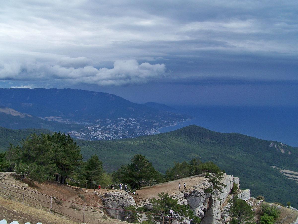 Вигляд на Ялту з плато Ай-Петрі