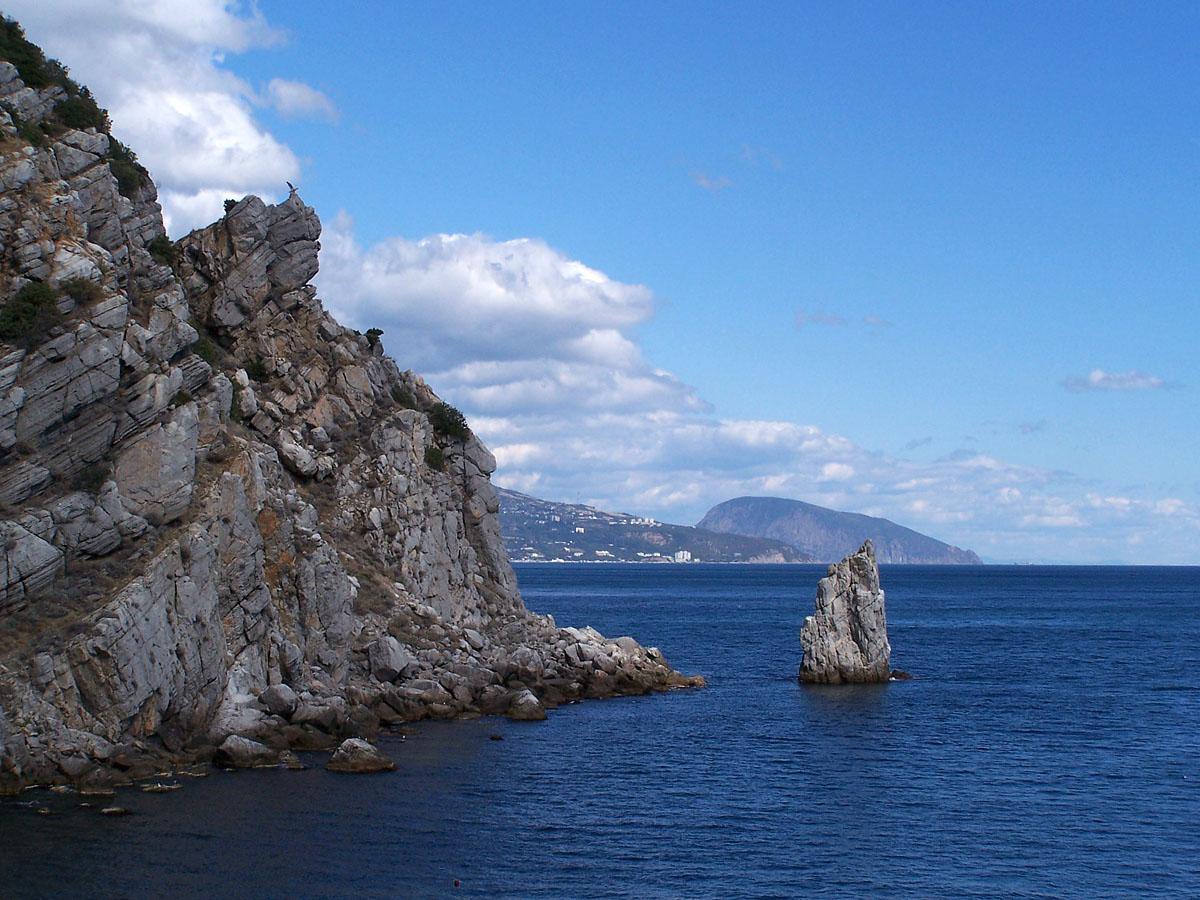 Скеля Парус і статуя орла біля Ласточкиного гнізда