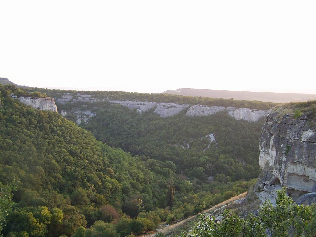 Вигляд на долину з печерного міста Чуфут-Кале