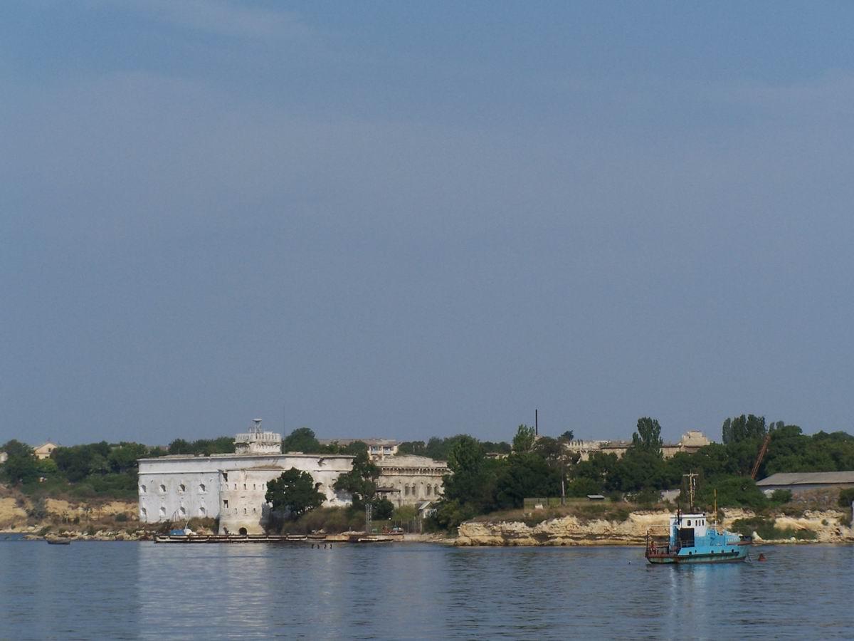 Форт на березі Севастопольської бухти